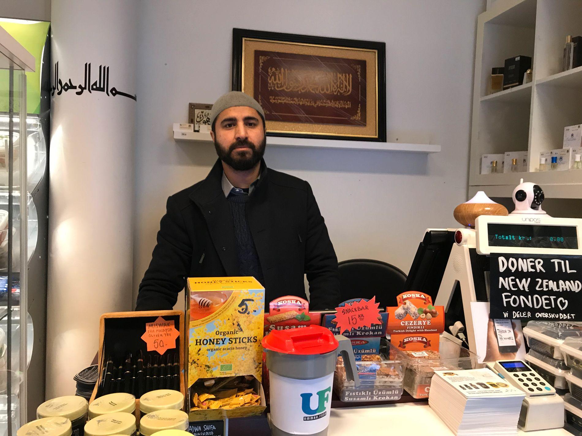 SAMLER INN: Butikkinnehaver Wakas Mir har startet egen innsamling for de berørte på New Zealand.