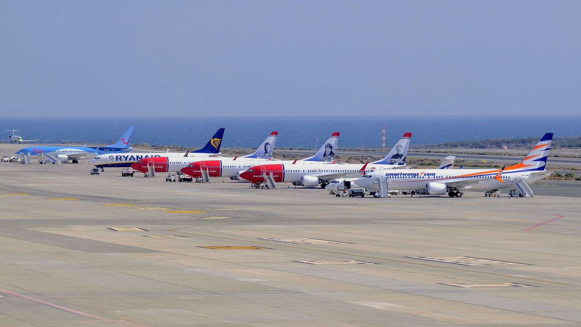 SATT PÅ BAKKEN: Fem Boeing 737 Max-fly tilhørende SmartWings, Norwegian og TUI er avbildet på flyplassen på Gran Canaria etter at de ble satt på bakken. Innimellom står et av Ryanairs 737–800 som fortsatt er i trafikk.