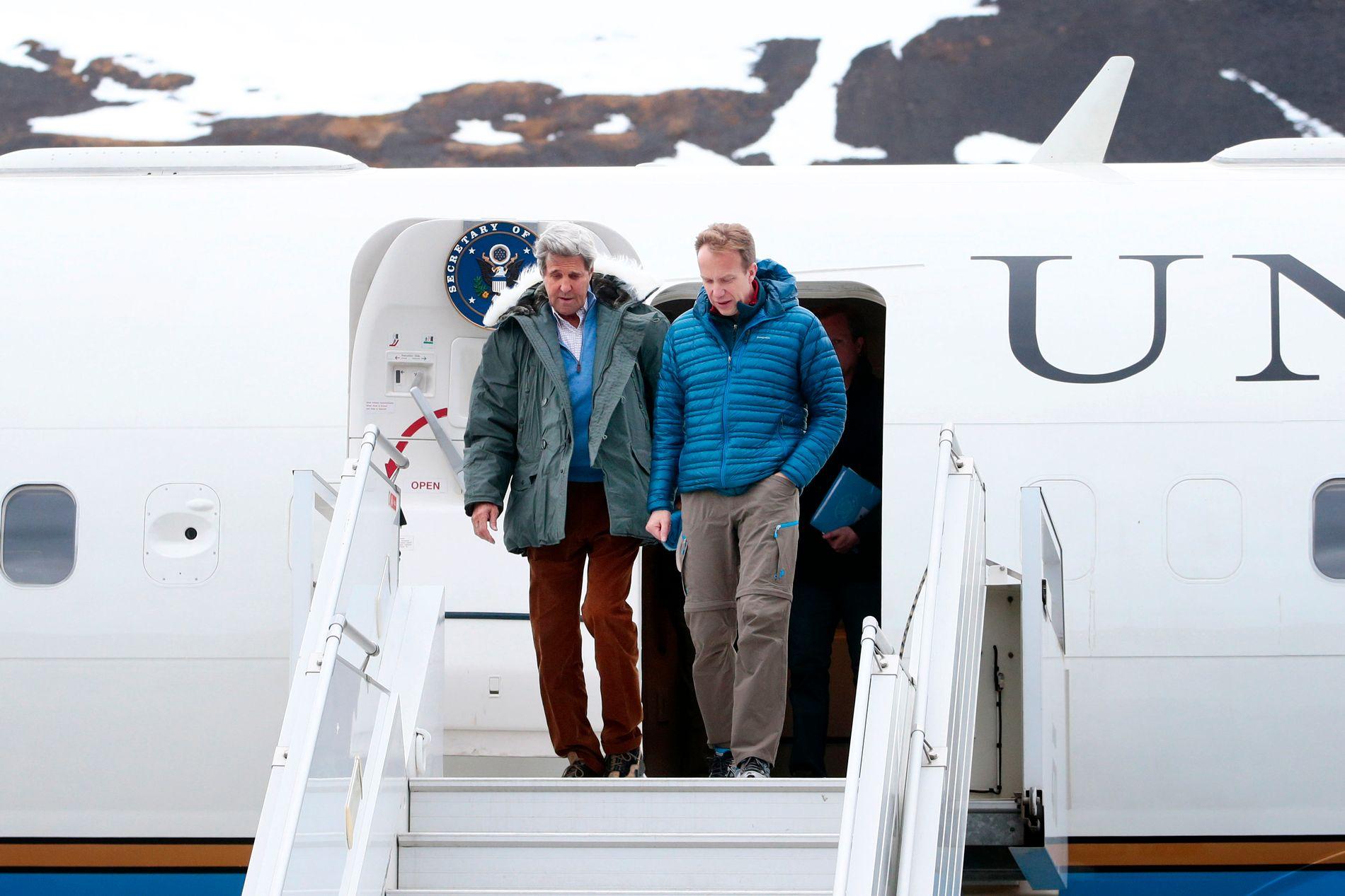 TOPPMØTE: Børge Brende med USAs utenriksminister John Kerry i Longyearbyen i juni i år.