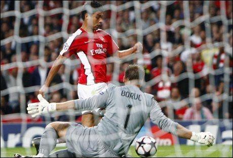 STARFFE? Eduardo faller i duell med Celtic-keeper Artur Boruc. - Ikke filming, er meldingen fra UEFAs appellkomité. Foto: Reuters