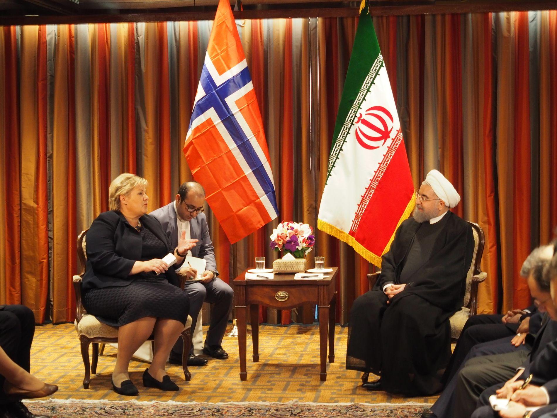 MØTTE IRANS PRESIDENT: Erna Solberg i samtaler med Irans president Hassan Rouhani i FN tirsdag kveld, etter at Donald Trump refset Iran.