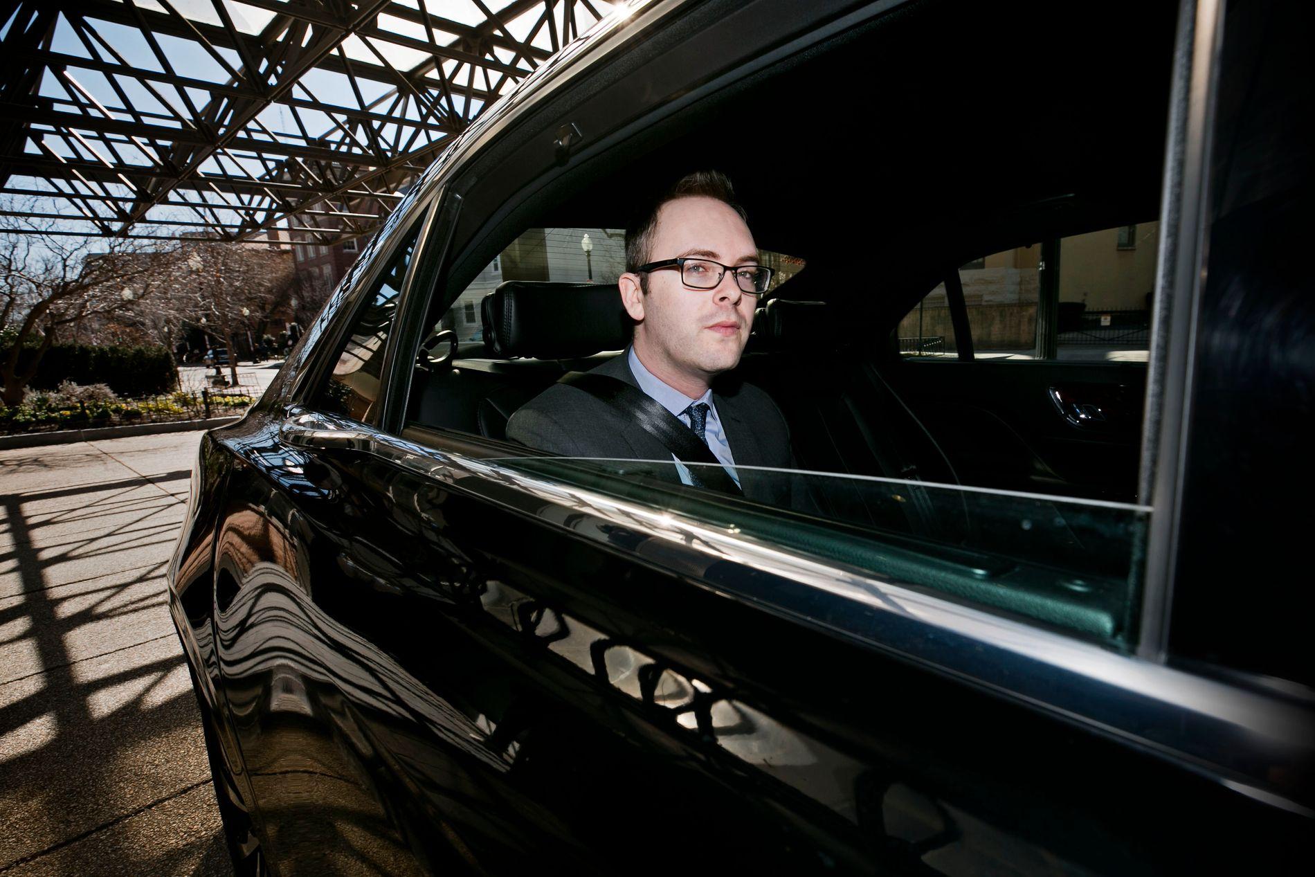 FÅR EGEN SJÅFØR: Daniel Dale hentes i bil utenfor boligen sin i Washington D.C. og kjøres til et TV-studio hvor han skal snakke om løgnene til USAs president.