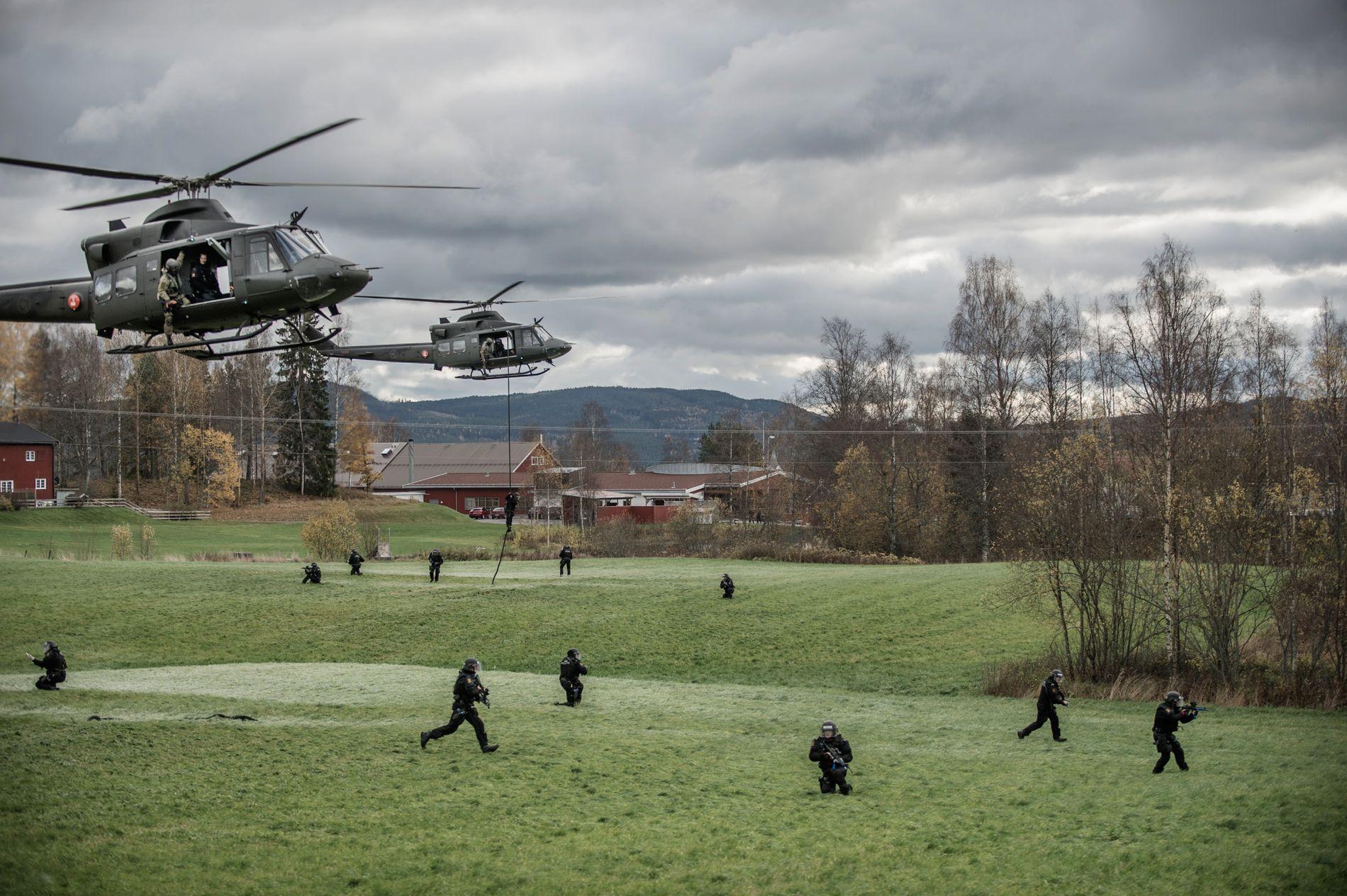 HAR IKKE EGNE: Bildet fra 2014 viser Beredskapstroppen under en øvelse hvor de rappellerer fra et helikopter. De etterlyser nå disponering av helikopter, for å sikre bedre responstid.