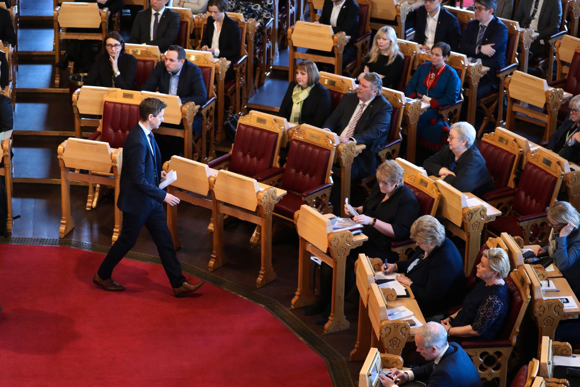 RIKTIG AV JUSTISMINISTEREN: På talerstolen på Stortinget tirsdag formiddag sa Knut Arild Hareide (KrF) at det er riktig at justisministeren på eget initiativ tar konsekvensen og trer tilbake.