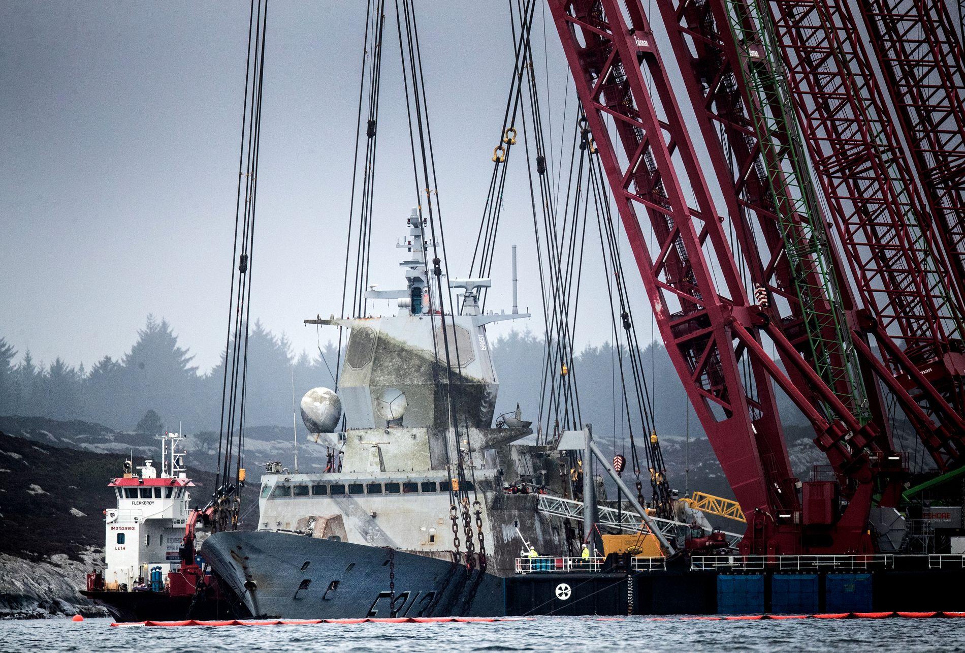 HEVET FIRE METER: Siden slagsiden ble rettet opp i dag tidlig, er fregatten hevet over fire meter. Slik så det ut ved 11-tiden onsdag.