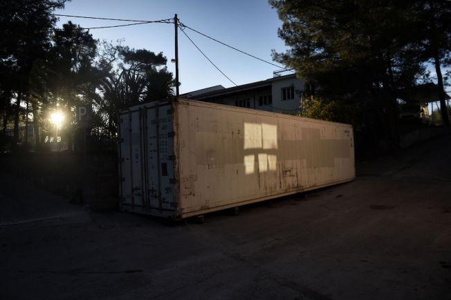 DEN NEST SISTE HVILE: Kirkegården i Mytilini er full. Mens myndighetene leter etter en løsning, ligger flere titalls flyktninger som har mistet livet i forsøket på å nå Europa her - i denne frysecontaineren utenfor det lokale sykehuset på Lesbos.