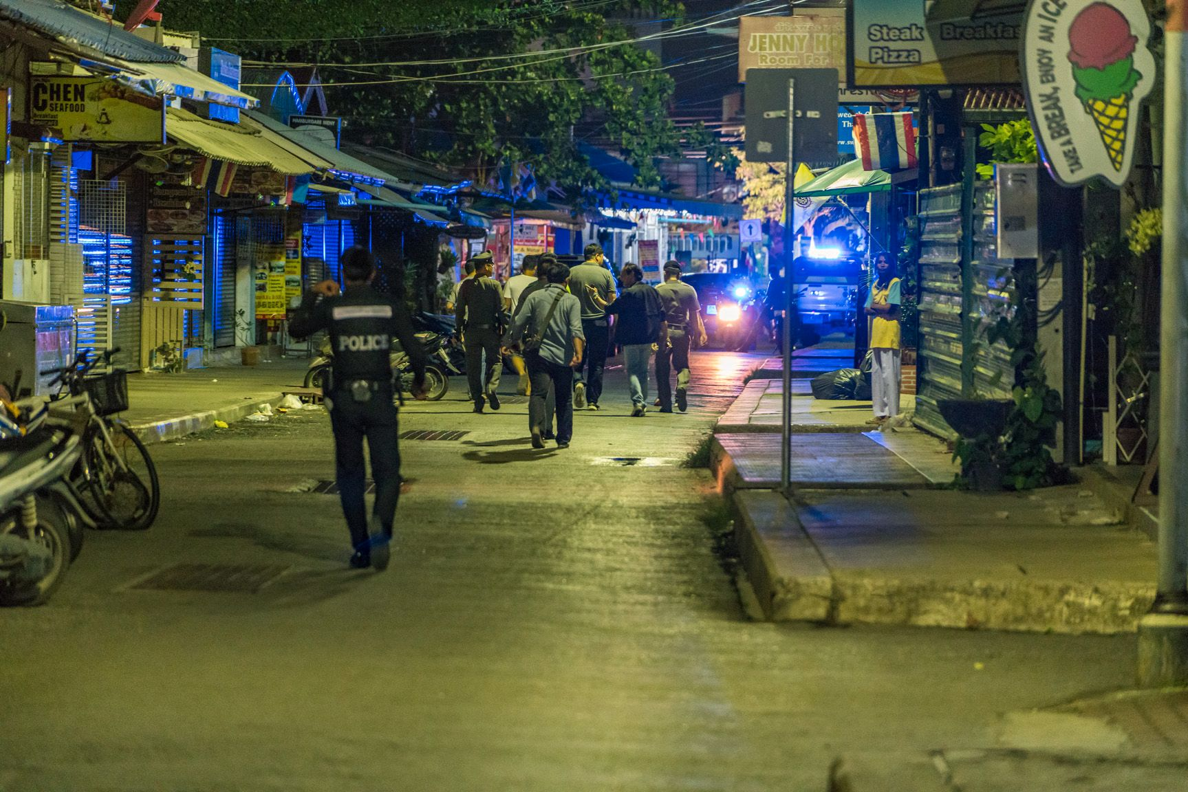 SPERRINGER: Thailandsk politi har sprettet av store deler av området rundt gaten Poon Suk Road, der en av bombene skal ha gått av.