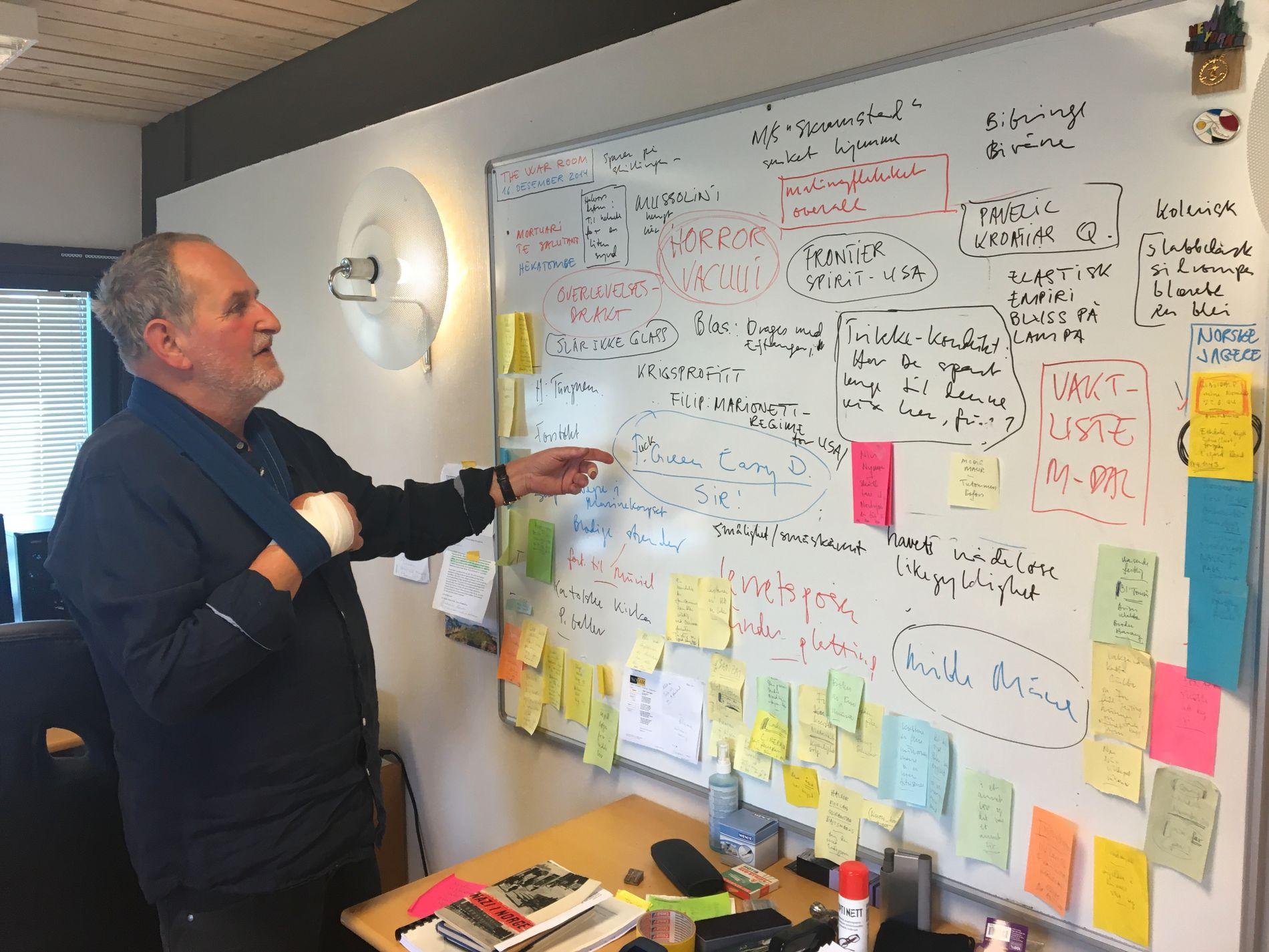 KRIGSROMMET: Jon Michelet kaller kontoret sitt i Halmstad i Østfold for krigsrommet. På denne tavlen skriver han ned alle ideene som dukker opp Foto: JØRN PETTERSEN/VG