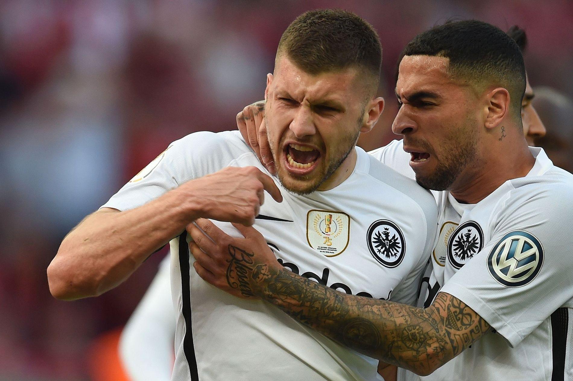BAYERN-DØDAR: Ante Rebic (t.v.) spilte en fantastisk finale mot FC Bayern, og scoret to. Her jubler han sammen med Omar Mascarell.