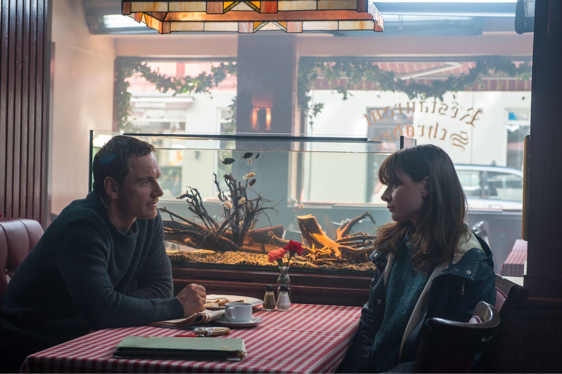 PÅ KJENTE TRAKTER: Michael Fassbender som Harry Hole og Rebecca Ferguson som Katrine Bratt på Schrøders. Foto: Universal Pictures