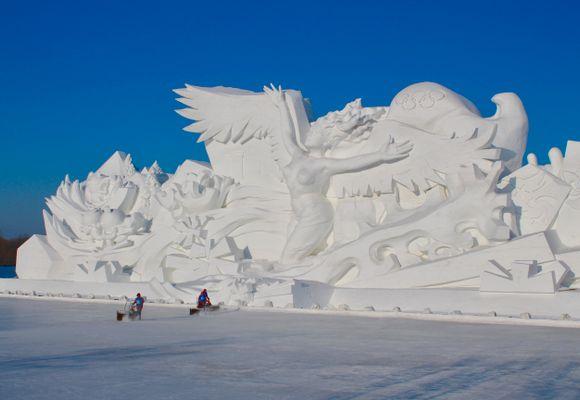 Bygger Norges største stavkirke i snø