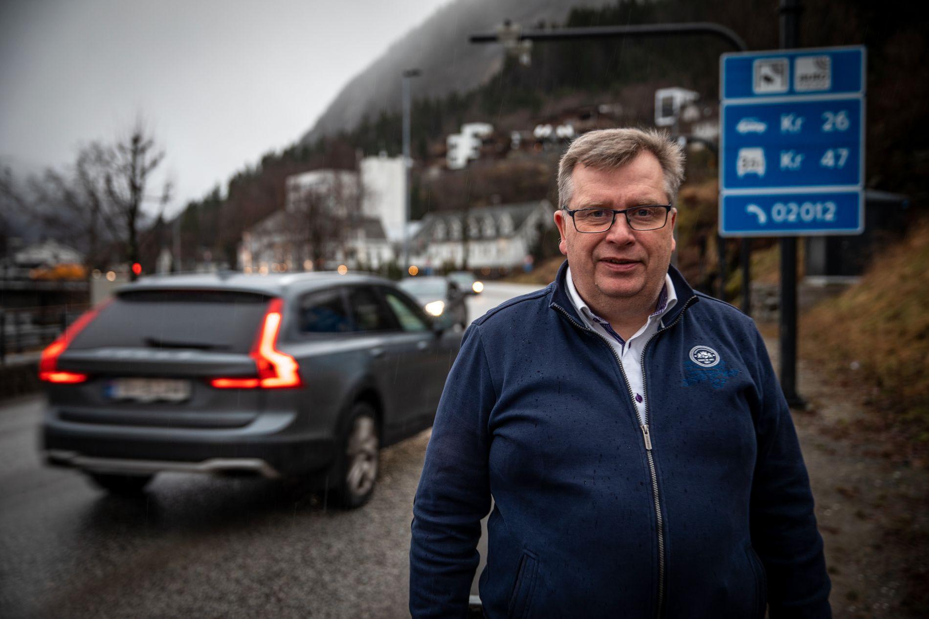 Elbil-feber: Statssekretær Atle Hamar (V) i Klima- og miljødepartementet konstaterer at det råder rene elbil-feberen i Sunnfjord. Innføring av bompengering rundt Førde sendte salget i været.