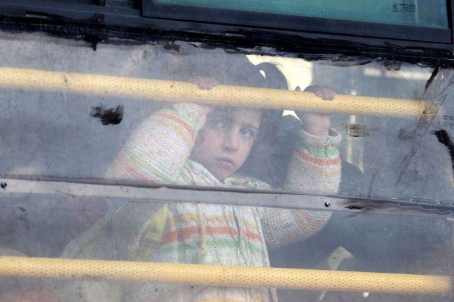 PÅ FLUKT: En syrisk jente kjører buss mot grensen til Tyrkia den 10. februar.