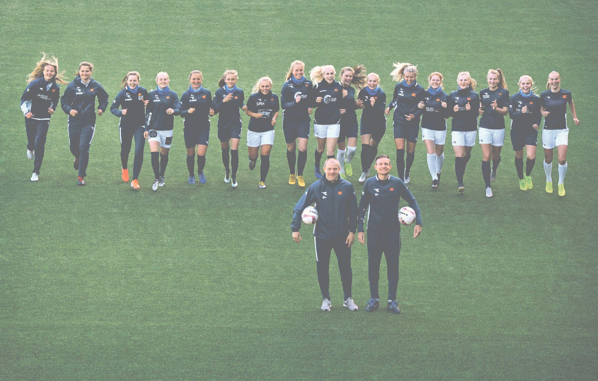 FREMADSTORMENDE: Egil Østenstad (til venstre) og Helge Aune foran Vikings unge kvinnelag, som kjemper for å rykke opp til 1. divisjon. Fra venstre: Helene Broch (16), Ina Kirkaune Sivertsen (17), Gina Ødegård, (17), Ingeborg Lye Skretting (16), Selma Løvås (15), Irene Dirdal (15), Sofie Austad Håland (18), Nora Heggheim (17), Oda Selbæk Bergjord (19), Lena Øksvang Risa (17), Jenni Heng Walaunet (17) og Mille Aune (16), Rebekka Galde (18), Hanne Sæthre Jakobsen (17), Marthe Dagestad Ragnvaldsen (19), Kaja Karlsen (17), Julie Merkesdal (20). Etter at dette bildet ble tatt har Kaja Karlsen gått til Klepp og fått sin debut i Toppserien.