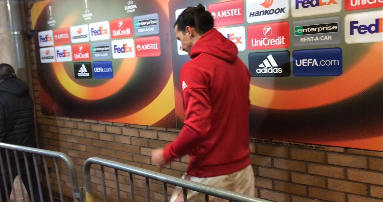 GIKK FORBI: Zlatan Ibrahimovic ble geleidet av en av klubbens presseansvarlige og snakket kun med Manchester Uniteds offisielle TV-kanal.