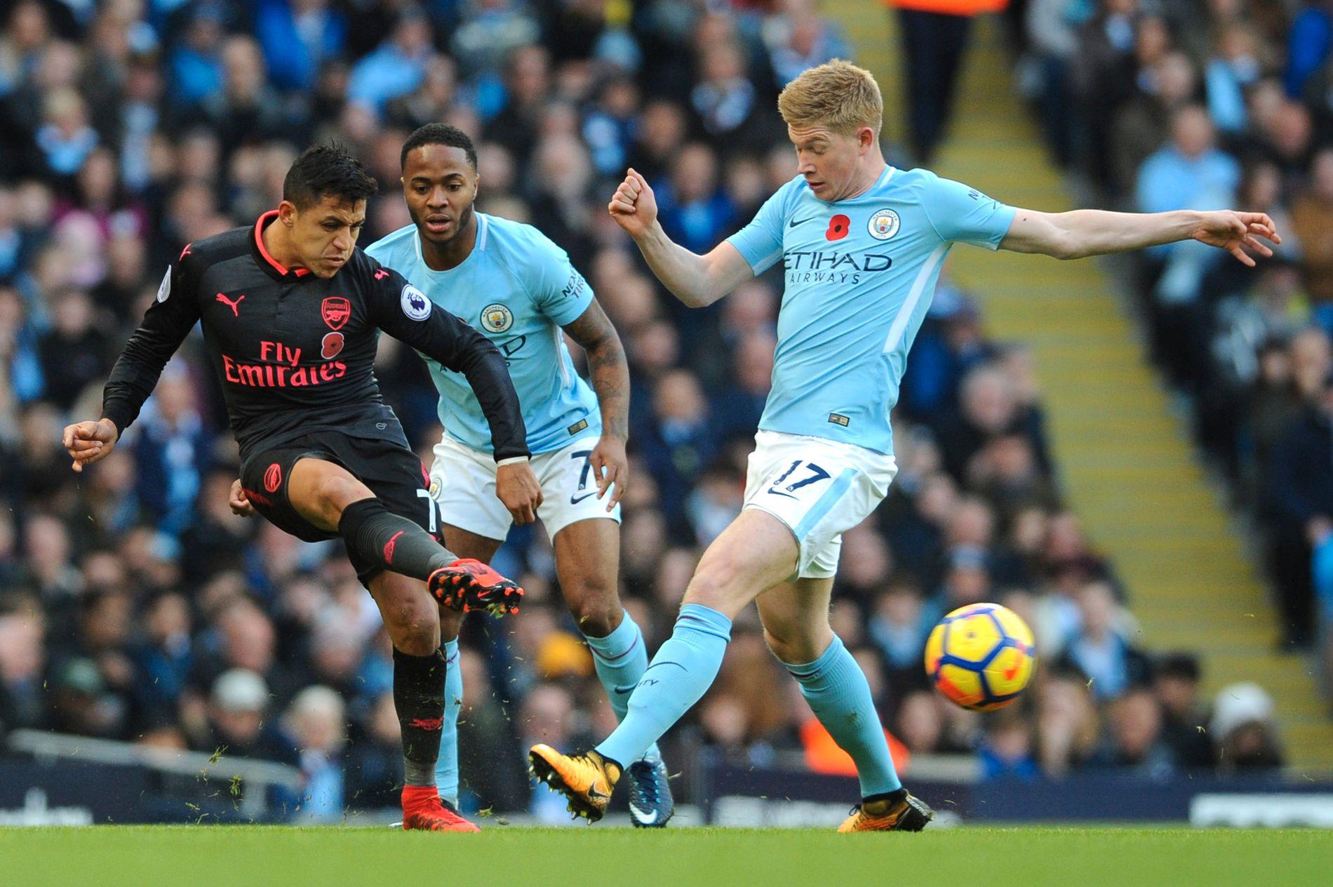 PÅ VEI TIL CITY? Alexis Sánchez ryktes sterkere og sterkere til Manchester City. Her under kamp mot Kevin De Bruyne (t.h.) og Manchester City i november 2017.