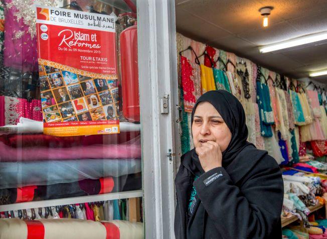ROLIG FAMILIE: - Det var ingenting spesielt med 25-åringens familie. De har bodd her i 13 år. Hele tiden har jeg sett gutten. Jeg kjente ham ikke, men jeg opplevde ham som en god gutt. Jeg håper det ikke er sant at han har noe med tragedien i Paris å gjøre, sier Rozina Sheikh som jobber i butikken ved siden av familiens leilighet.