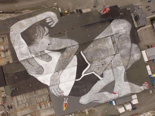 ENORMT KUNSTVERK: «Lilith og Olaf» dekker store deler av det enorme taket til entreprenørselskapet Block Berge Bygg.