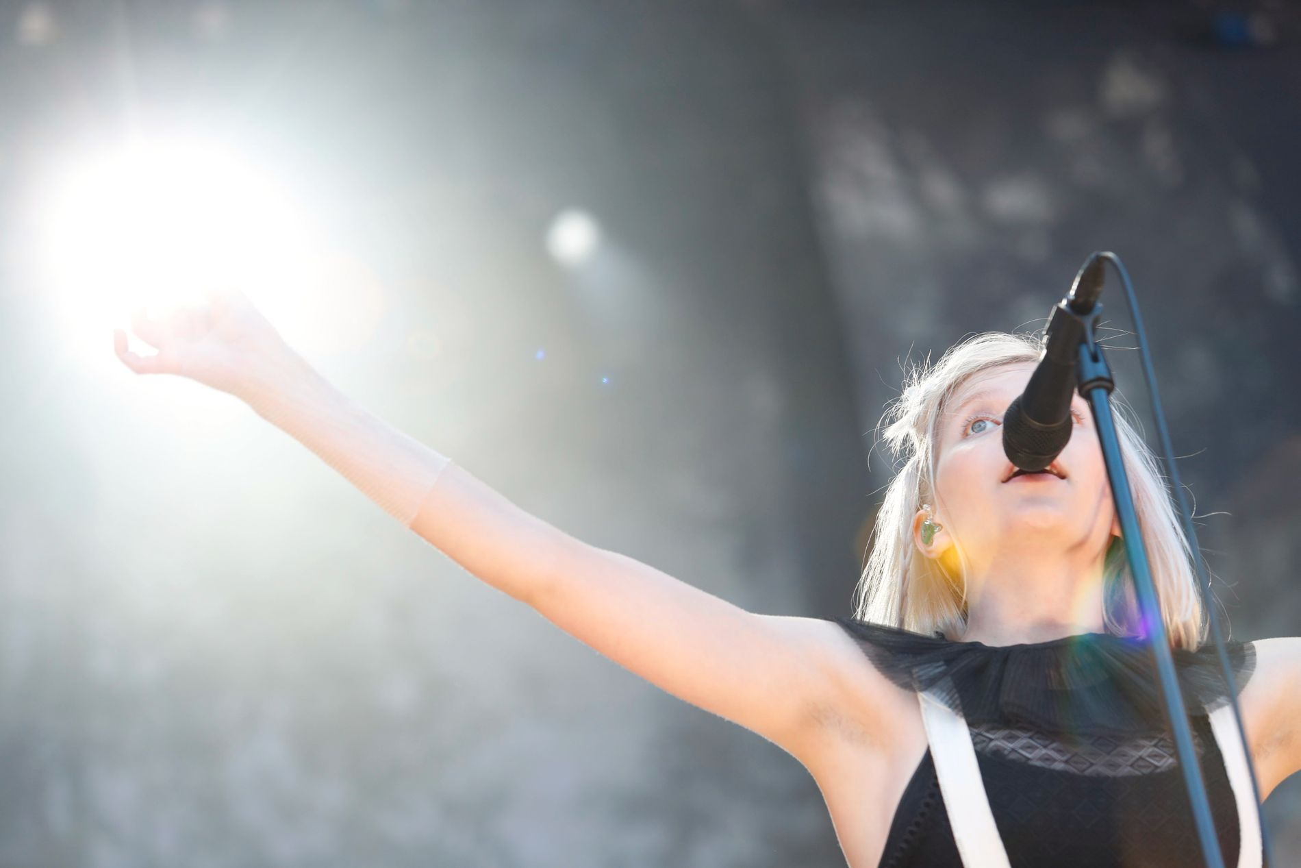 SPIRER OG GROR: Aurora vokser i takt med armhulehåret sitt - som hun åpenbart er veldig stolt av. Foto: NTB SCANPIX