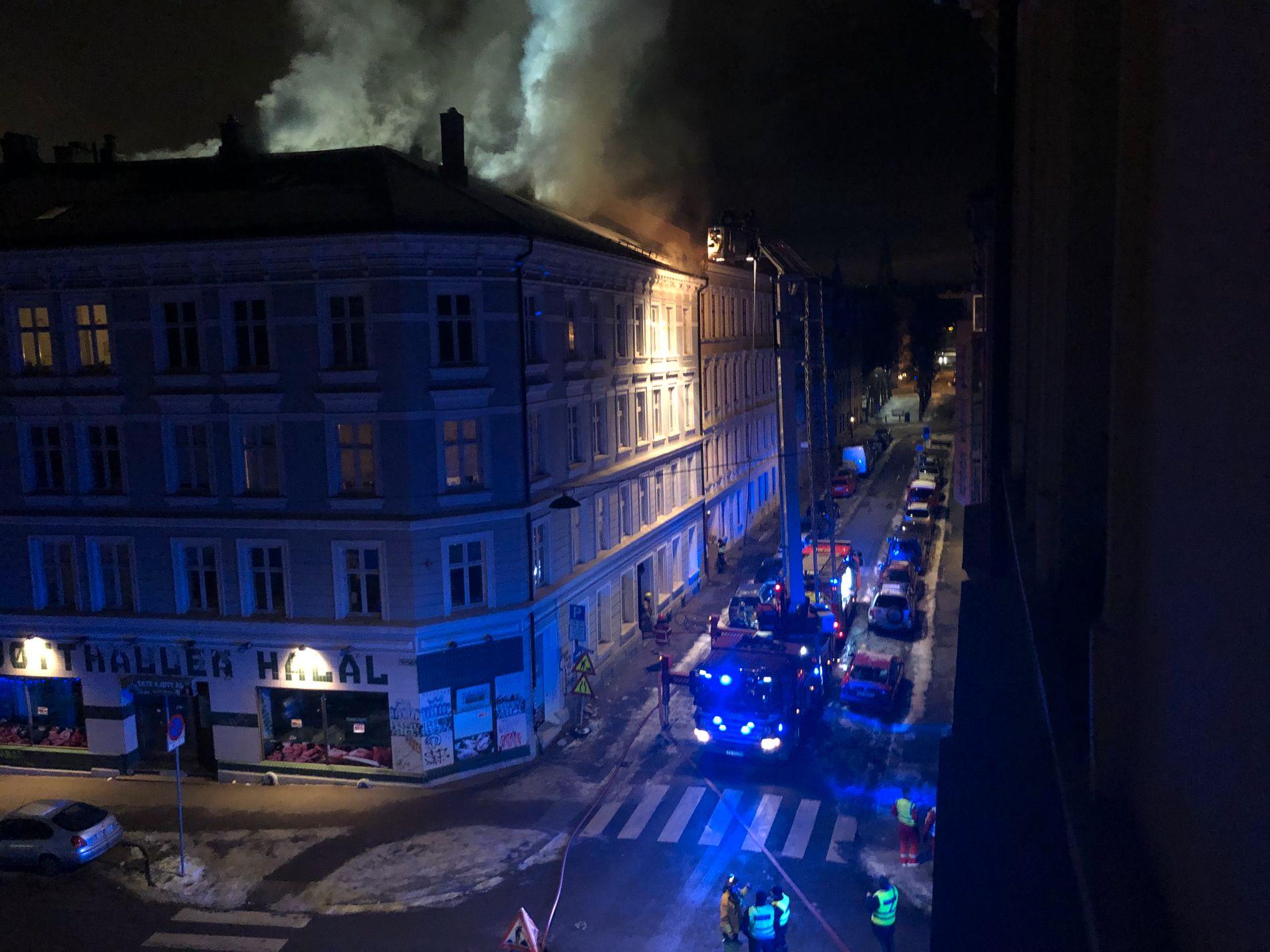 BRANN: Det brenner på loftet i en leilighet på Tøyen i Oslo.