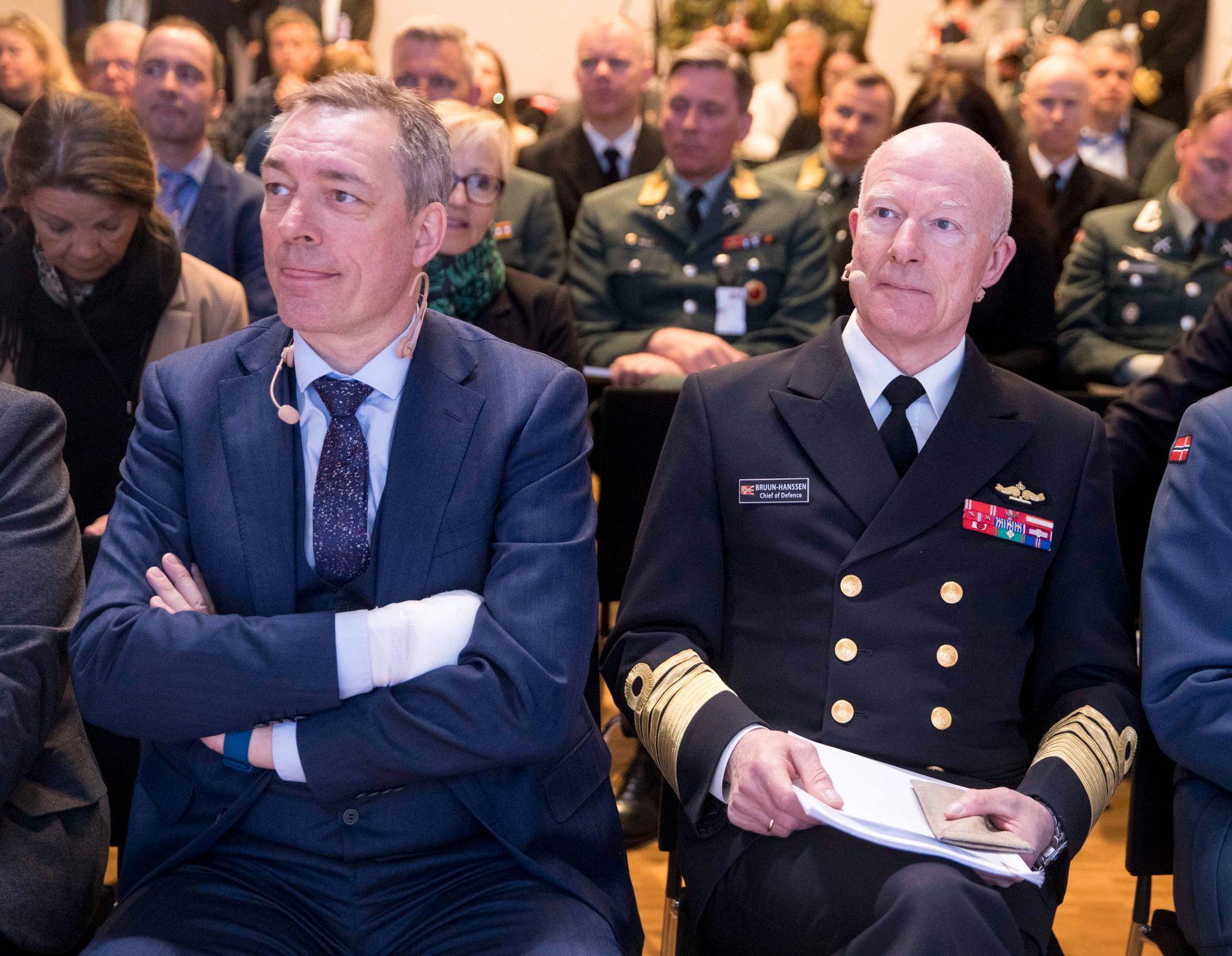 Forsvarsminister Frank Bakke-Jensen (H) får motbør i Stortinget mot å legge ned 2.bataljon nå når US Marines kan trene med dobbelt så mange soldater. Her er han sammen med forsvarssjefen, admiral Haakon Bruun-Hansen, tidligere i år.