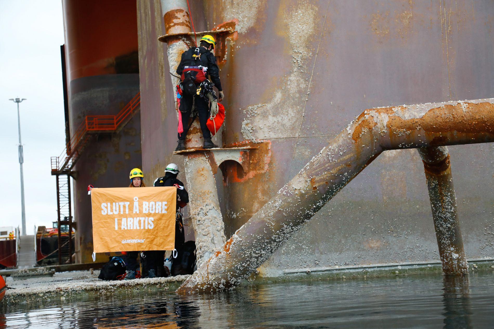 PÅ RIGGEN: Mandag klatret fire Greenpeace-aktivister opp på Seadrill-riggen West Hercules, som ligger utenfor Hammerfest. Riggen skal bore for Equinor senere i år. Også i fjor aksjonerte Greenpeace mot riggen, da den lå i Bergen.