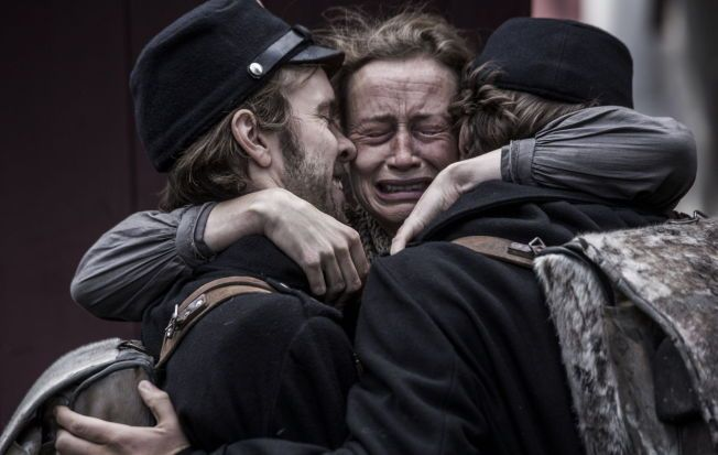 KJÆRLIGHET: Moren med sønnene Peter og Laust, som spilles av Jens Sætter-Lassen og Jakob Oftebro.
