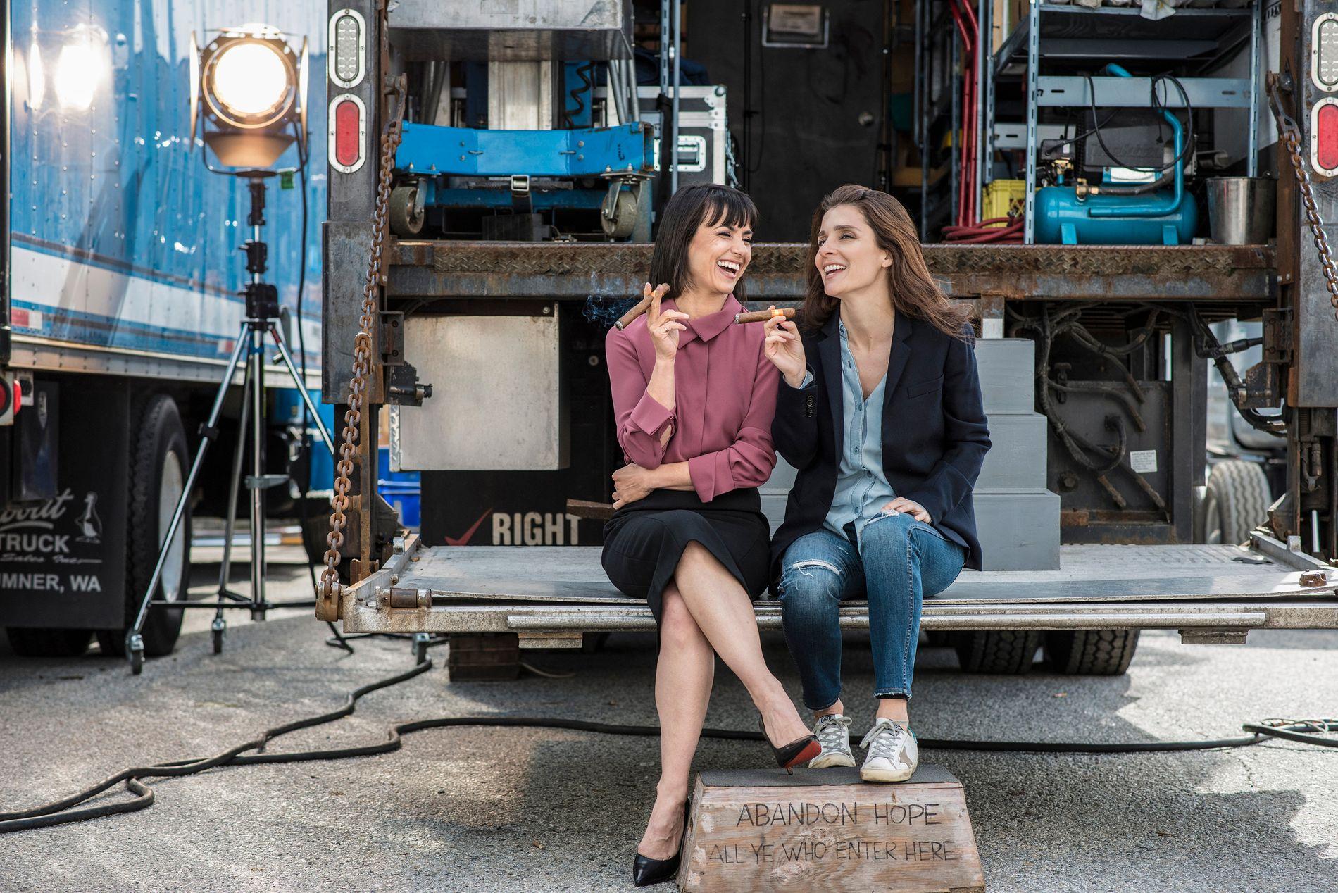 REALITY-DRONNINGER: Constance Zimmer som Quinn og Shiri Appleby som Rachel i «UnReal».