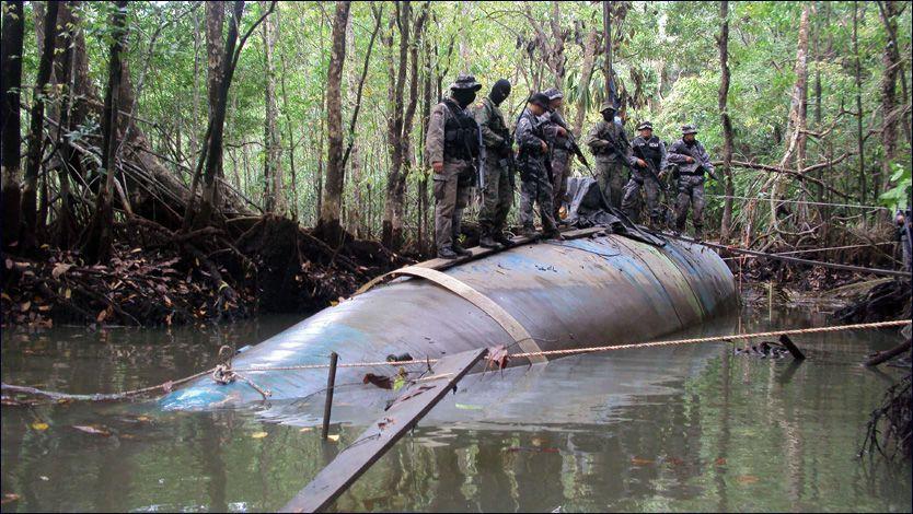 Ecuadoriansk politi står på en lignende ubåt som den som ble oppdaget utenfor kysten av Guatemala fredag. Foto: REUTERS / Washinton Benalcazar / SCANPIX