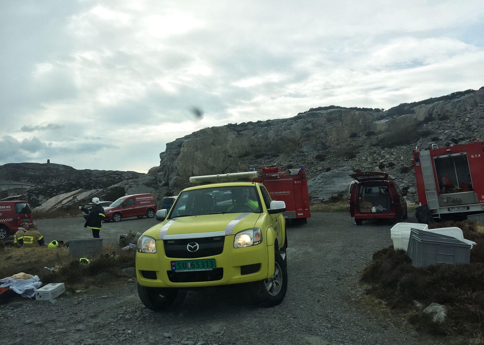 AKSJON: Inne på Turøya står politi-, brann- og redningsbiler tett i tett. Bilene som kjører inn og ut av øya blir nøye kontrollert av politiet, og beboerne har blitt bedt om å holde seg hjemme inntil videre.