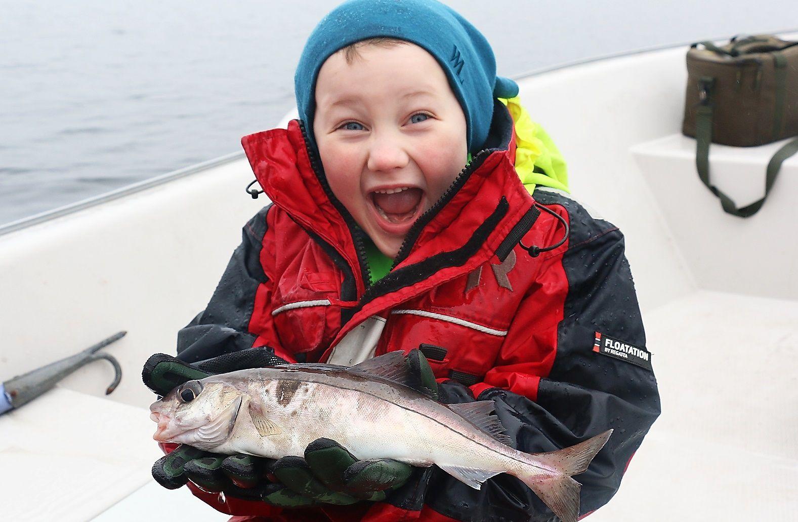FISK NUMMER FEMTI: En ekte norsk hyse ble Martins fiskeart nummer femti. Den lite sjeldne arten til tross; guttens fiskeglede var like stor som alltid.