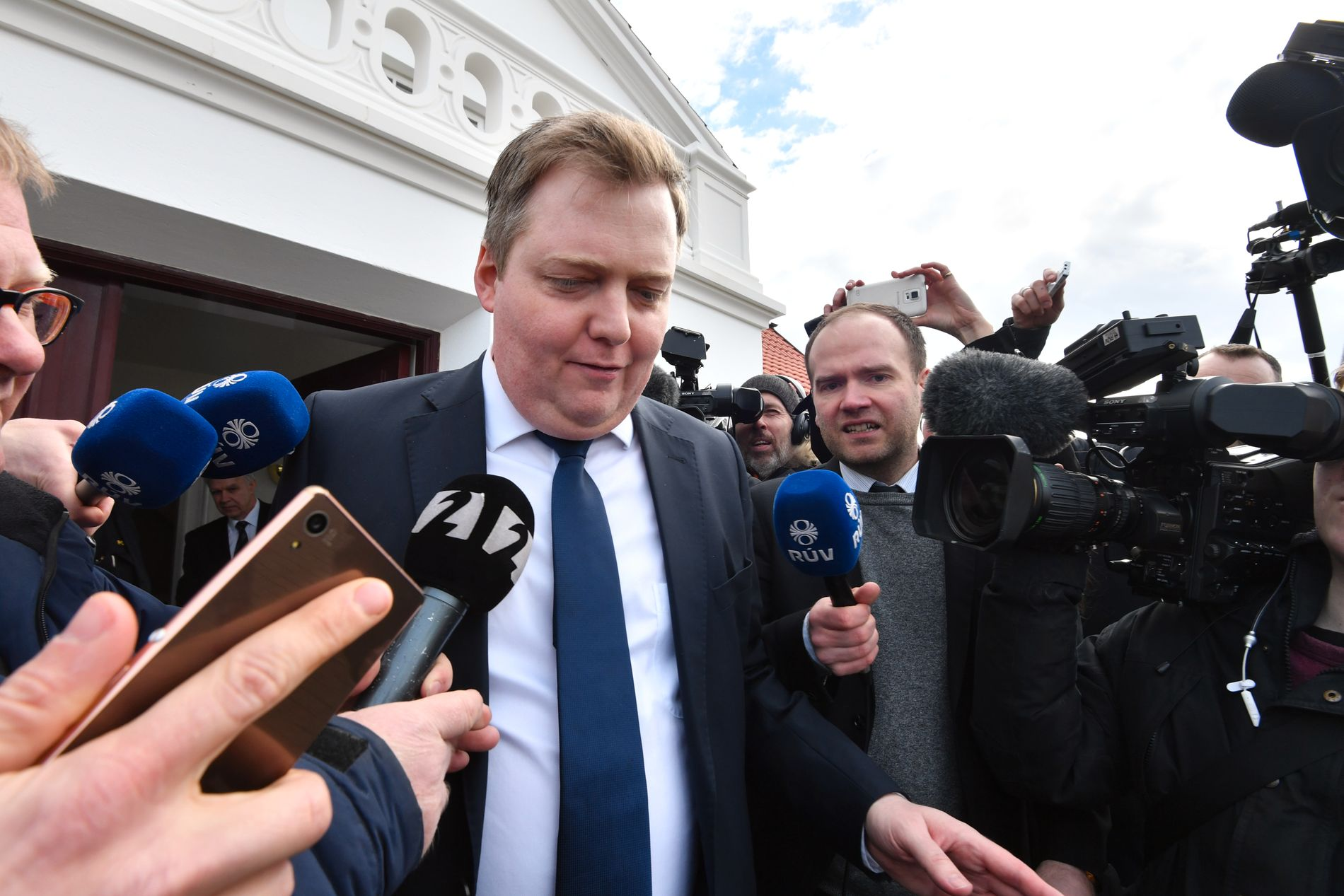 STOR INTERESSE: Her forlater den islandske statsministeren boligen til landets president etter et krisemøte. Foto: HELGE MIKALSEN
