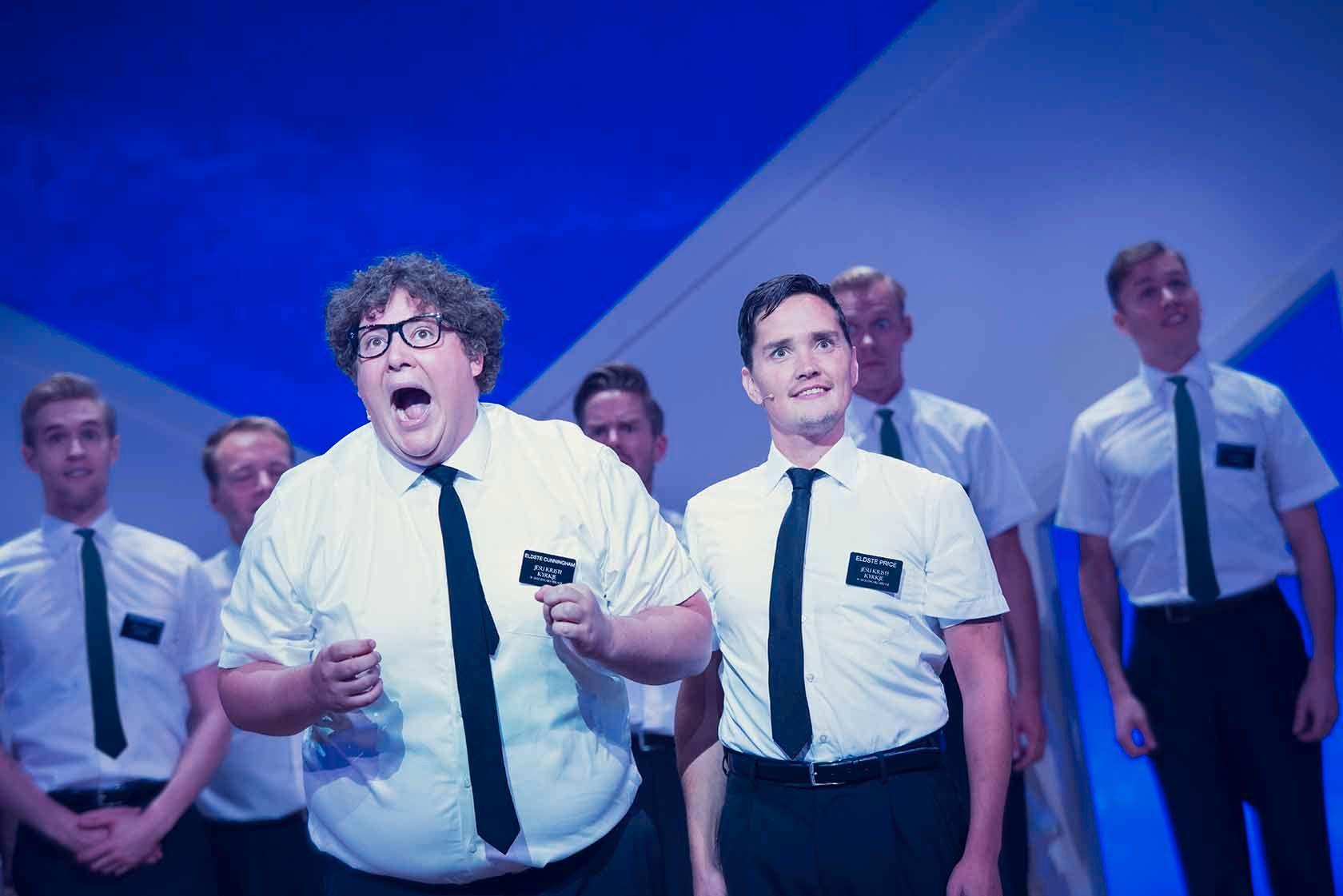 SUKSESS: Kristoffer Olsen og Frank Kjosås i «The Book of Mormon» på Det Norske Teatret.