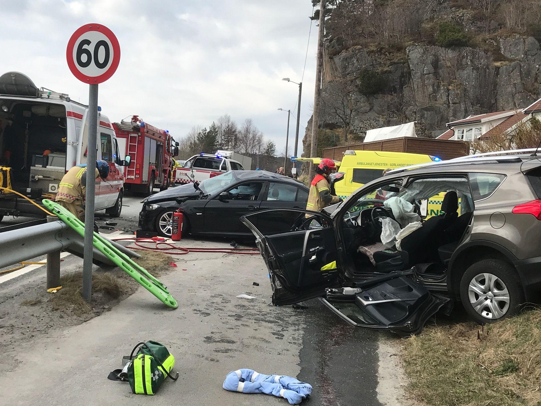 MØTEULYKKE: Den ene bilen skal ha kommet over i motsatt kjørefelt.