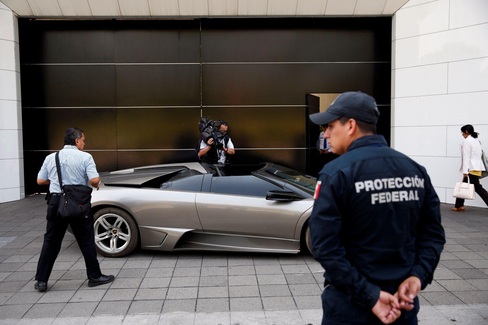 PÅ UTSTILLING: Blant bilene som er til salgs er en 2007 Lamborghini Murcielago. Bilen har politiet beslaglagt fra en kriminell.