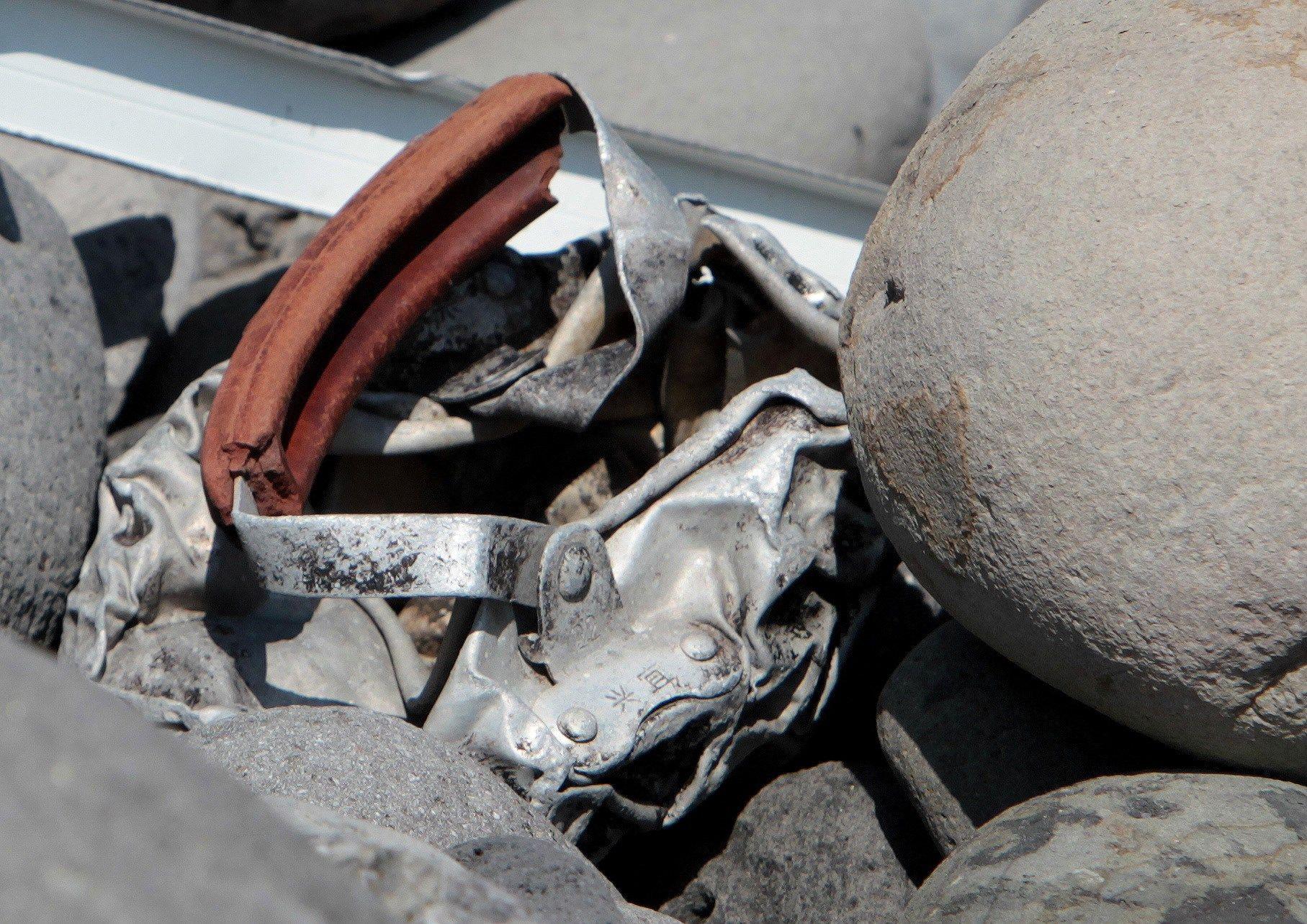 METALLBIT: Denne metallbiten, antatt å stamme fra ulykkesflyet, ble funnet i Saint-Denis på den franske øya Réunion utenfor Madagaskar.
