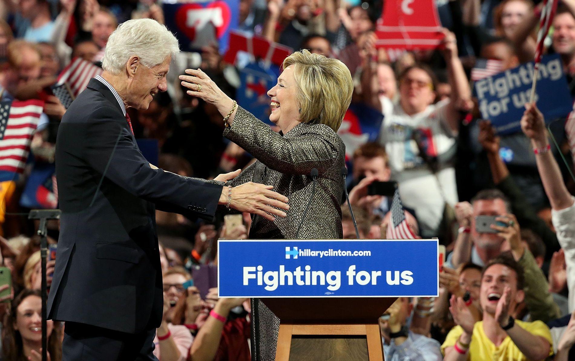 TAKKET FOR STØTTEN: Hillary og Bill Clinton på scenen i Philadelphia i Pennsylvania i natt.