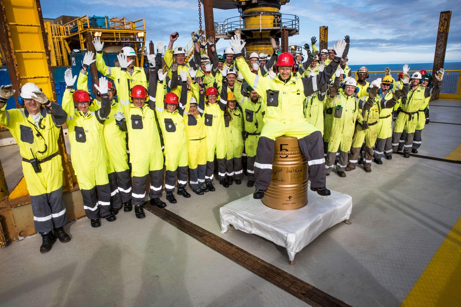 OLJEGLEDE: Statoil og Statfjord A-feltet leverte fat nummer 5 milliarder i fjor. Oljeselskapene bidrar også med gigantiske skatteinntekter, sammenlignet med alle andre sektorer.