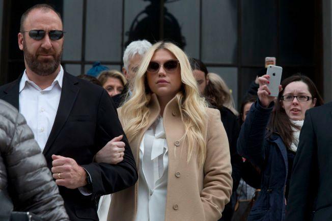 20d9dc76 TAPTE I RETTEN: Kesha på vei ut fra høyesterett i New York, som ikke ville  frita henne fra kontrakten med mannen hun anklager for voldtekt. Foto: AP  Foto: ,