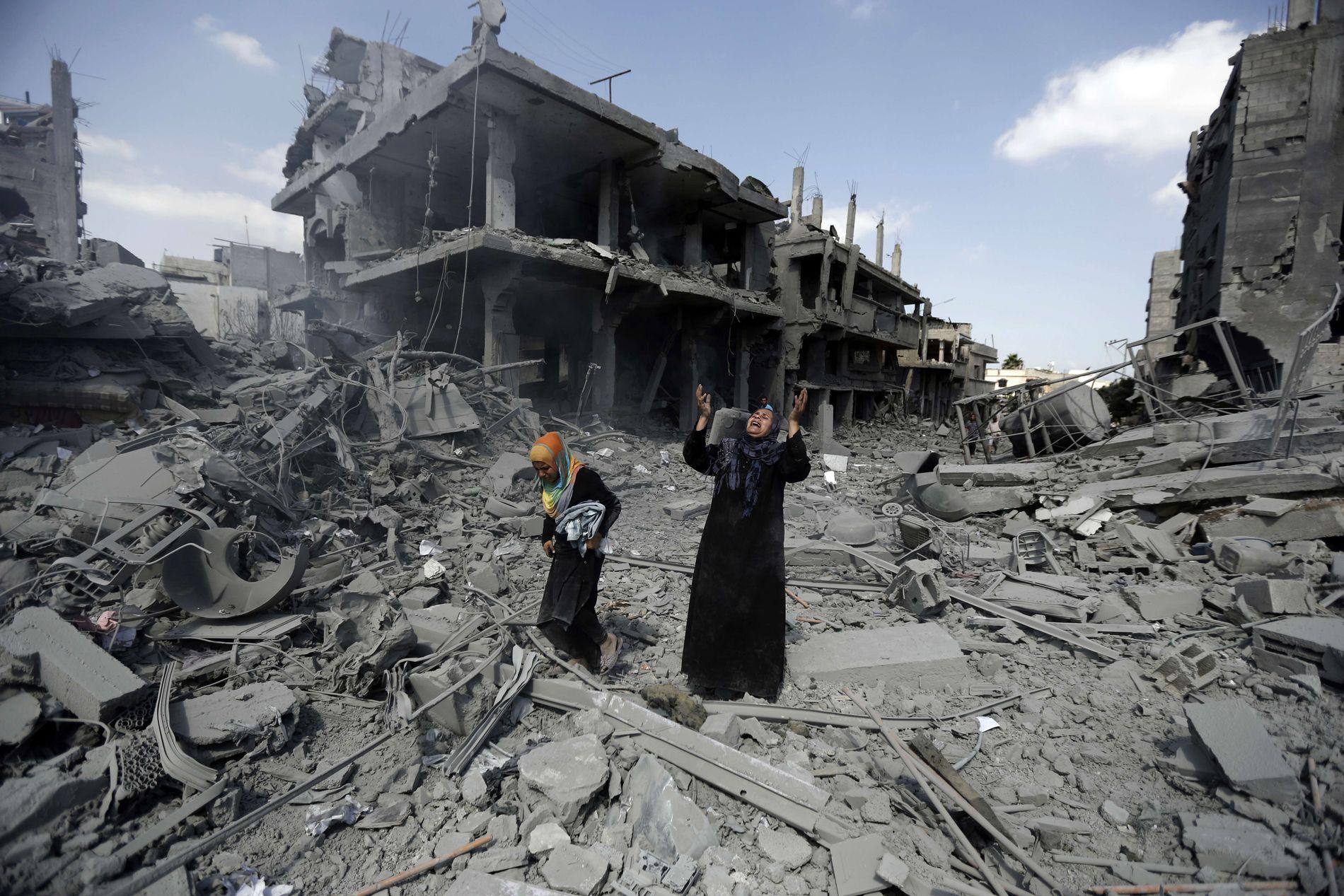 BISTAND: – Erfaringene med Oslo-avtalen og det norske fredsdiplomatiet har lært oss at det er de store landene og blokkene som bestemmer, skriver kronikkforfatterne. Bildet: To kvinner sørger i ruinene i Gaza etter Israels bombing av Gaza-stripen sommeren 2014.