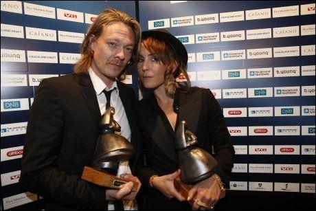 GODE KOLLEGER: Kristoffer Joner og Noomi Rapace med hver sin Amanda-statuett. Foto: Mattis Sandblad, VG