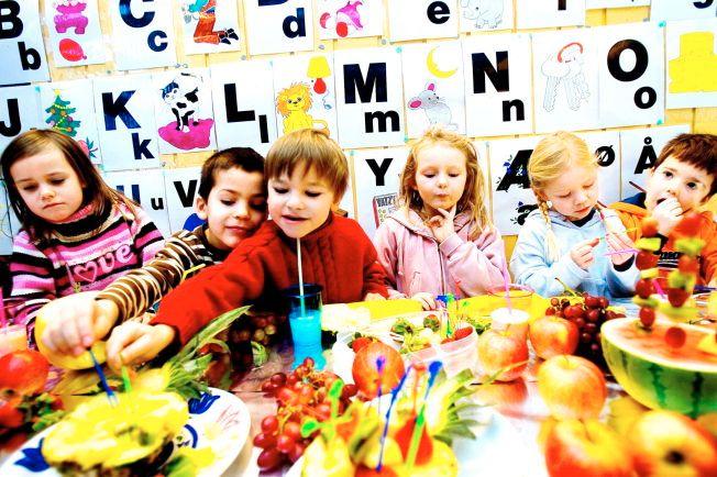 SUNNE VALG: Tilgang på masse frukt og grønt er viktig for å hindre at barn blir overvektige.  Barna på Lilleborgen barnehage liker frukt f.v: Mathea, Rafael, Jon, Inga, Caroline, Mikkel