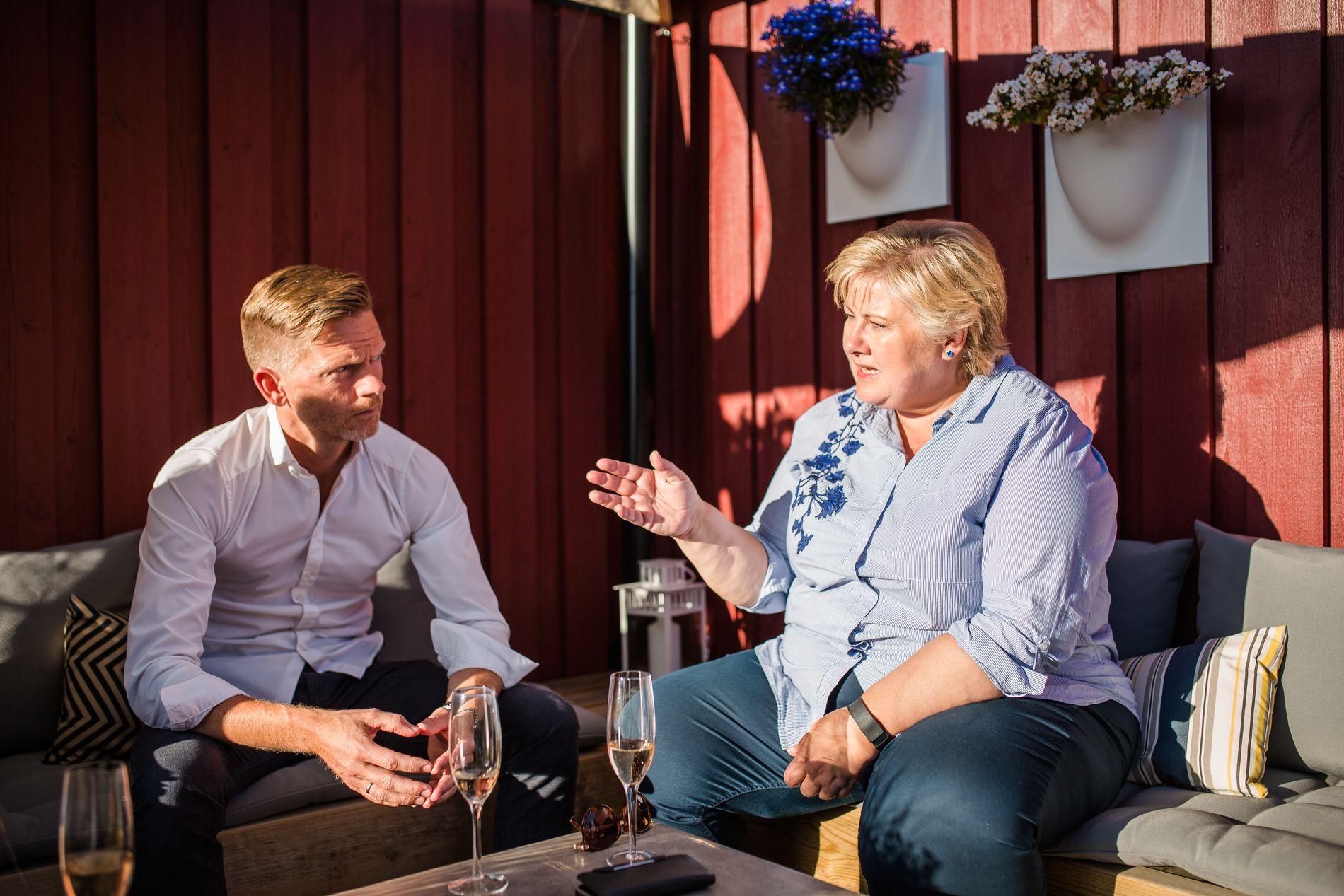 BRUSER I BLODET: Statsminister Erna Solberg (H) og Høyre-ordfører i Moss, Tage Pettersen, lar seg provosere av det de mener er dobbeltkommunikasjon fra Arbeiderpartiet i helikopterstriden mellom Rygge og Bardufoss.