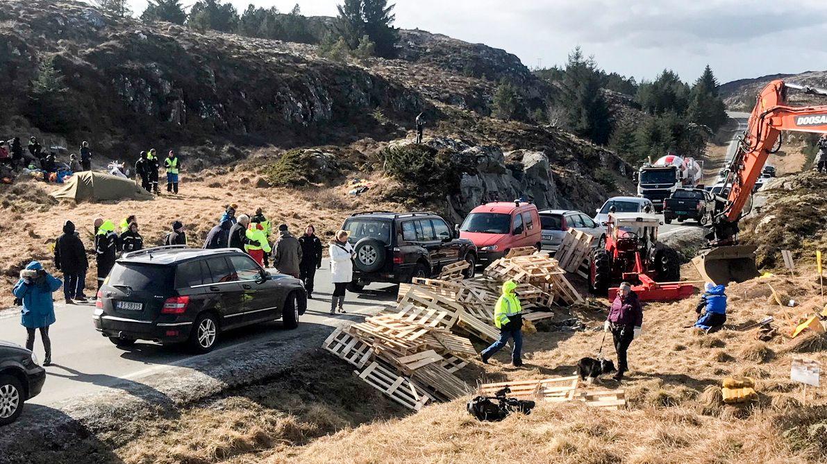 OMSTRIDT PROSJEKT: Trønderenergi må stanse det omstridte vindprosjektet på Frøya etter at kommunen torsdag vedtok at selskapets dispensasjon er utgått. Bildet er fra demonstrasjonene mot vindkraften på Frøya i forrige uke.