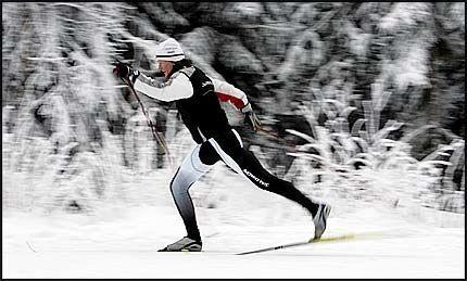 LÆREMESTER: Tidligere verdensmester i langrenn, Trude Dybendahl Hartz, holder kurs i kunsten å bevege seg lett og rett i skisporet. Foto: Jan Petter Lynau