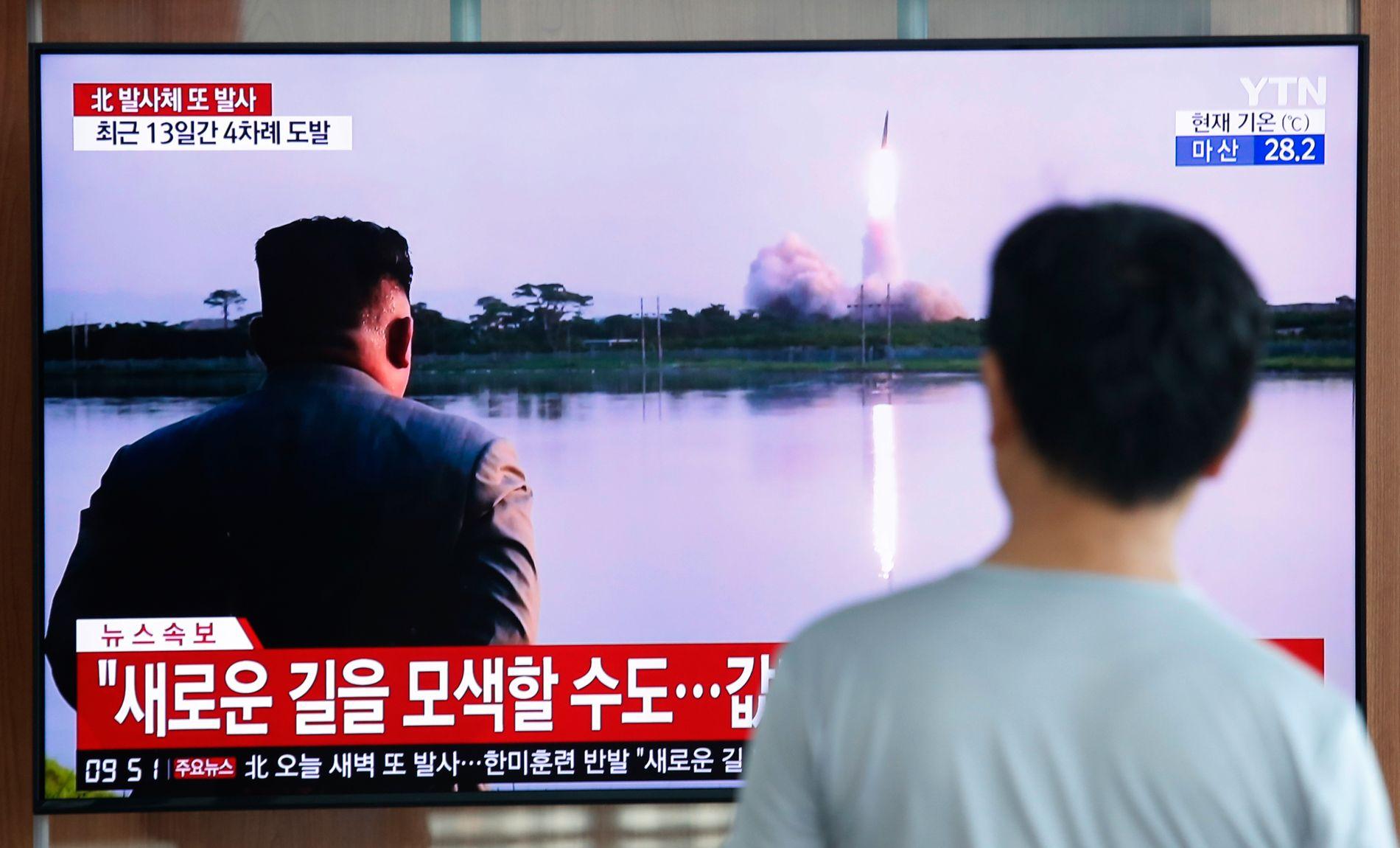 FØLGER MED: Tilskuere følger nok en rakettoppskyting fra Nord-Korea på TV, her tirsdag morgen på togstasjonen i Seoul i Sør-Korea.