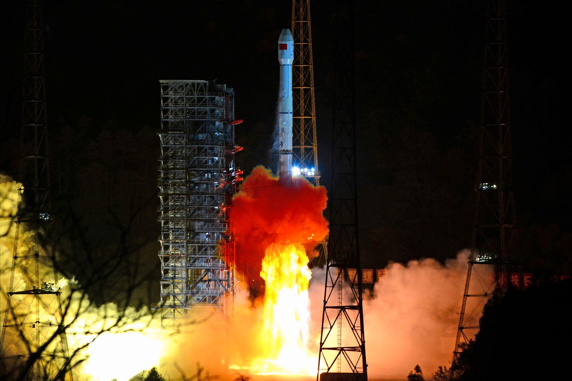 OPPSKYTING: En rakett som frakter Chang'e 4-sonden ble skutt opp fra Kina 8. desember.
