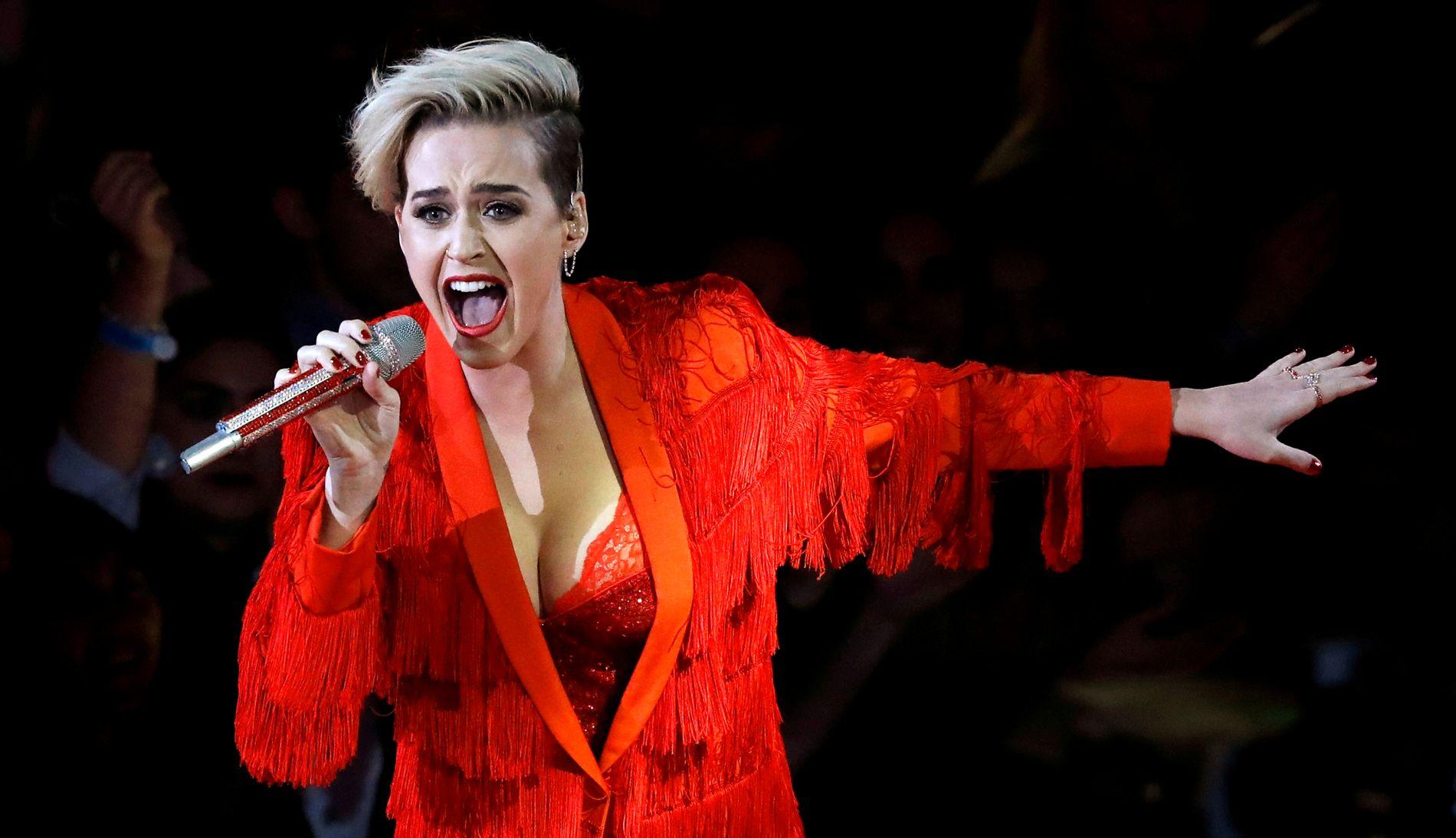 BETALTE DYRT: Katy Perry tok på seg spanderbuksene under en veldedighetskonsert i helgen. Her er hun avbildet ved en annen anledning, under iHeart Radio Awards i fjor.
