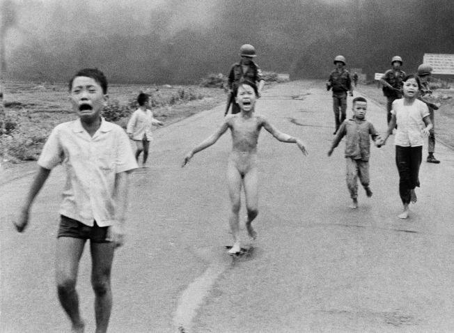 VIETNAM 1972: 8. juni slapp sørvietnamesiske fly napalm-bomber over landsbyen Trang Bang, hvor Kim Phuc (9) bodde sammen med familien sin. Fotografen Nick Ut tok det ikoniske bildet som viser hvordan hun ( midten) flyktet fra den brennende landsbyen, naken og forbrent. Ved siden av henne løper lillebroren Phan Thanh Tam, som mistet et øye i angrepet, og søskenbarna Ho Van Bon og Ho Thi Ting.