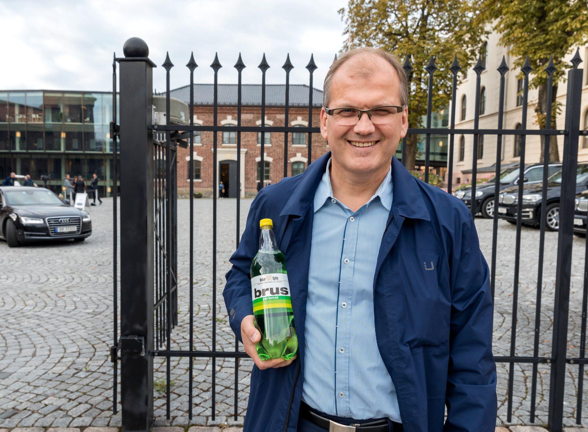 PROTESTERER: På bildet protesterer Oskar Sylte Jr. mot sukkeravgiften utenfor Statsministerens kontor. Bildet er tatt i 2018.
